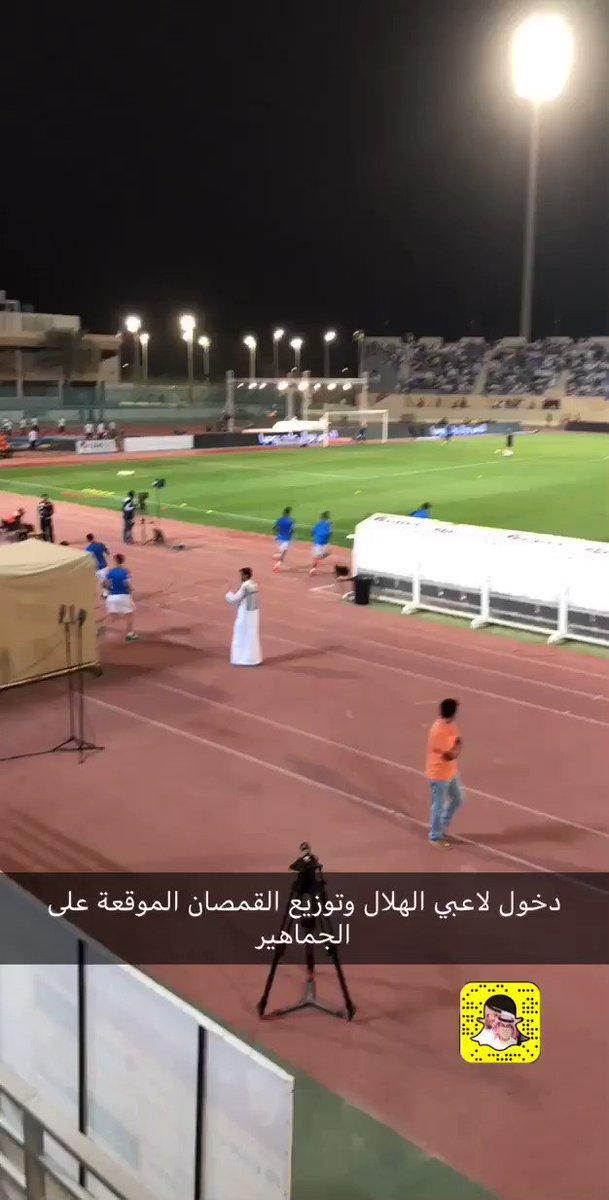 لاعبو #الهلال يوزعون قمصان الفريق الموقع...