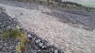 【自然現象】ニュージーランドで発生した石の川‼︎この現象は「粒状流」という、小石が粒子のようになり、液体のようにふるまう現象。撮影地であるニュージーランドで、非常事態宣言が出るほどのサイクロンが発生し、その後発生したそうだ。
