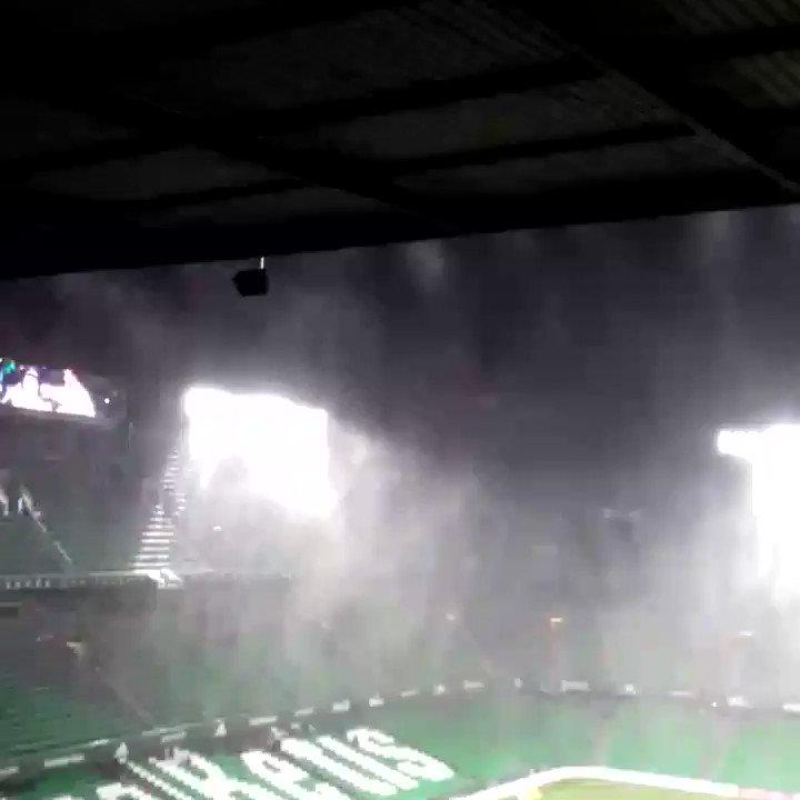Sigue diluviando en el Benito Villamarín. Parece que el césped, al menos de momento, aguanta #Betis @AFDLP