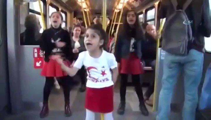 İzmir'de Metroda İstiklal Marşı'nı Okuya...