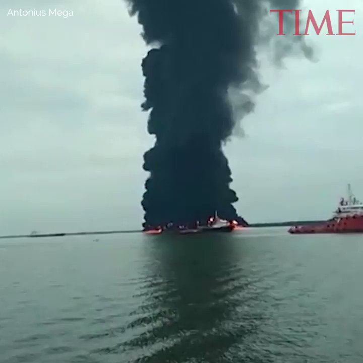 Indonesia has declared a state of emergency as Borneo oil spill spreads https://t.co/WfGS4Ou4h6 https://t.co/hX5IwmbAEw