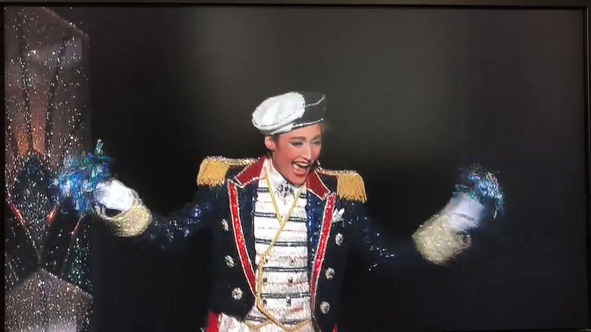 RT @snowtakarazuka1: 大劇場の時はポンポン率そこそこだったけど全ツの相模原時なんかほぼほぼだった笑笑 #supervoyager #望海風斗 #真彩希帆 #彩風咲奈 #雪組 https://t.co/U2FWdwnLlg