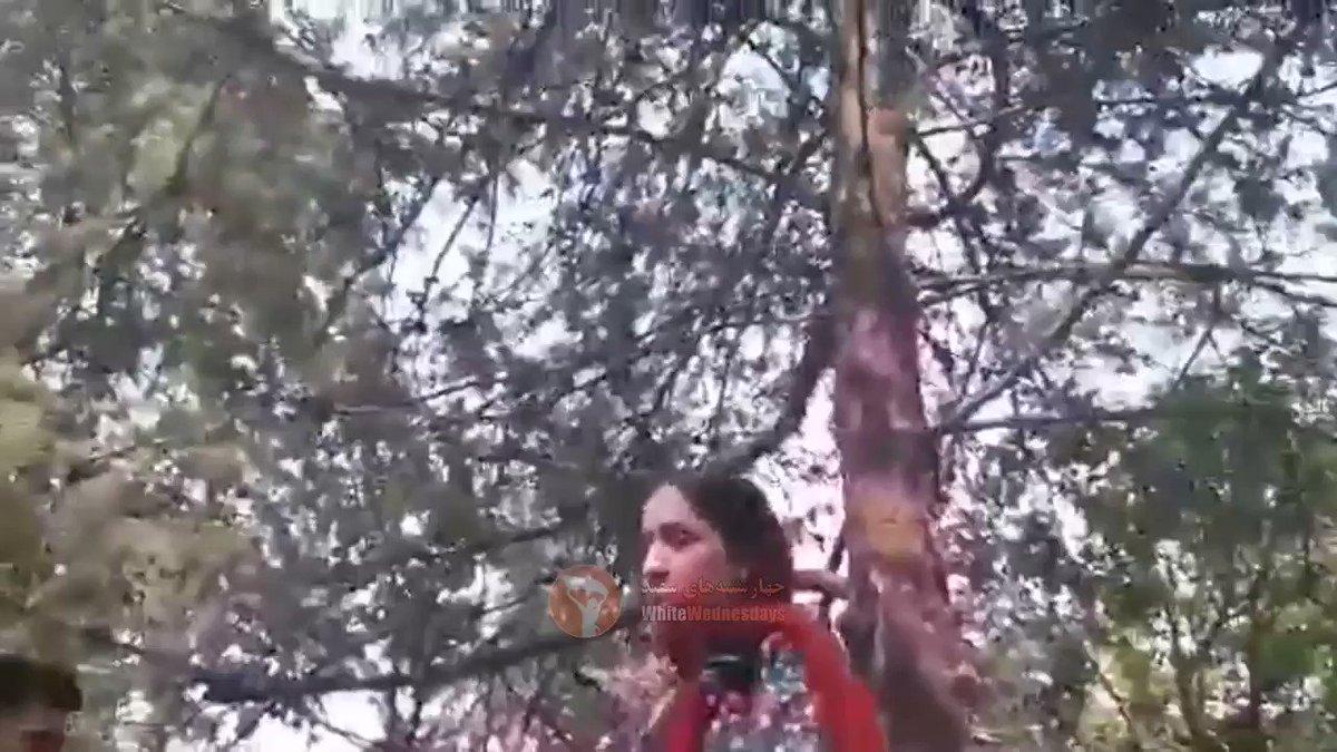 Cette vidéo d'une jeune fille iranienne bousculée par une policière des mœurs qu'elle l'a jugée mal voilée, a créé la polémique en #Iran. Plusieurs responsables iraniens ont condamné cette bavure.