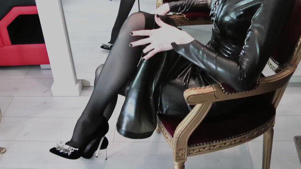 Порно фотографии госпожа трахает своего раба показывают грудь