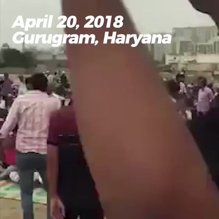 India: Hindutva thugs threaten Muslims during Friday prayers. https://t.co/D2n39JWBkI