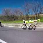連鎖反応に爆笑! 自転車をスーパーマン乗りしてみたらこうなったwww