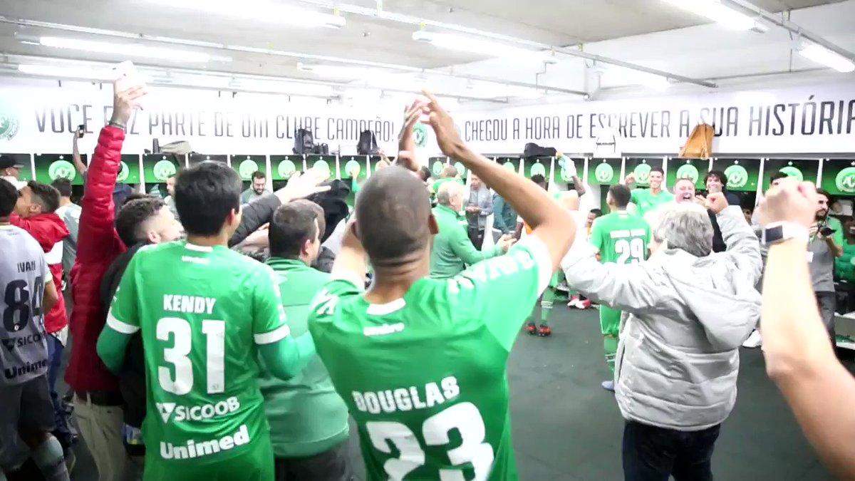 VAAAAAAMOS, VAMOS CHAPEEEEEE!! 💚⚽🏹 E a comemoração da classificação não poderia ser DIFERENTE! Que orgulho dessa rapaziada! ESTAMOS NAS QUARTAS!! #VamosChape #CopadoBrasil2018