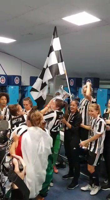 The Bianconere locker room right now! 🍾🍾🍾🏆  #WOMENF1RST #JuventusWomen