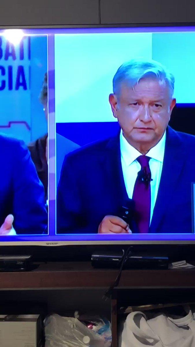 León Krauze pide una respuesta concreta y mientras da la respuesta niega con la cabeza. #DabateINE https://t.co/4gFeqtwtra