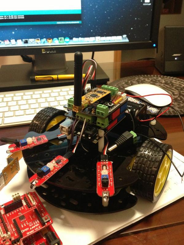 无线小车装配完成,已经加上了红外避障传感器,计划加入更多传感器 http://t.co/HBkjXugU