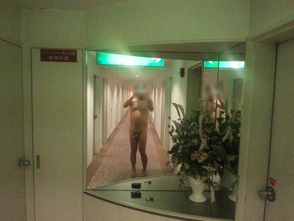 全裸廊下散歩