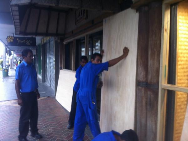 Nadi boarding up #cycloneEvan http://pic.twitter.com/NiZdXaVm