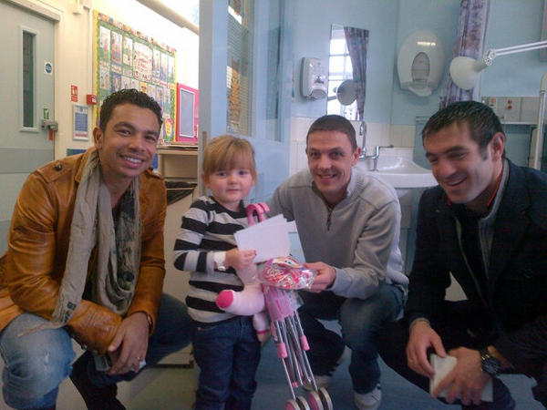 Hollie says thank-you @fulhamfc for my gifts and thanks to the lads for taking time out to see Hollie. http://pic.twitter.com/jdTZ6H8Q
