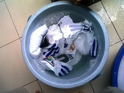 Hasil gambar untuk cara mencuci jersey agar tidak rusak