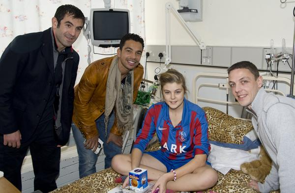 And here's @fulhamfc's Chris Baird, Giorgos Karagounis + @kieranrichard15 with patient @courtneymerrett at St Helier http://pic.twitter.com/Urm5lSP7