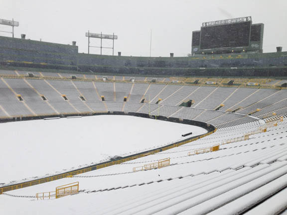 Snow falling, Lambeau Field. #Packers http://pic.twitter.com/PGvfPY4L