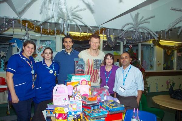 Here's @fulhamfc players @realjohnariise3 and Stephen Kelly with staff from Epsom Hospital's children's ward http://pic.twitter.com/LJNVtit0