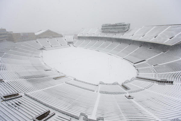 The sea of red at Camp Randall has turned into a whiteout thanks to #Draco #Badgers http://pic.twitter.com/fb8FQqgg