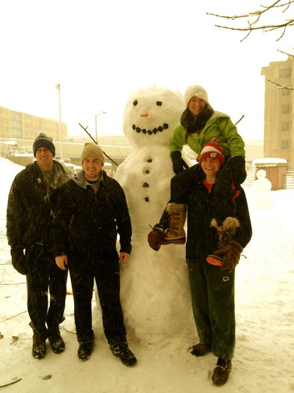 @UWshoutouts SO to my friends and I making the best snowman on the whole @UWMadison campus #wiscowinters #frosty pic.twitter.com/7ryVP1Iu