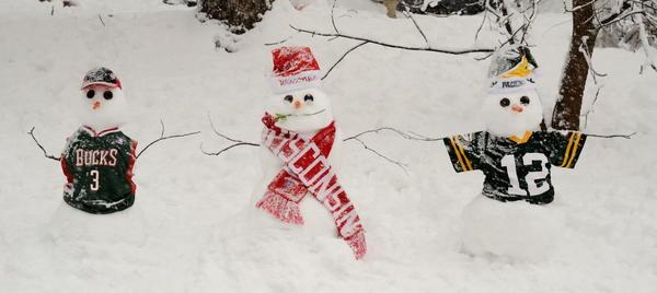 Here are my Packers, Badgers & Bucks snowmen! :) #wiwx #wisnow #loveit http://pic.twitter.com/HOkGj7Ll