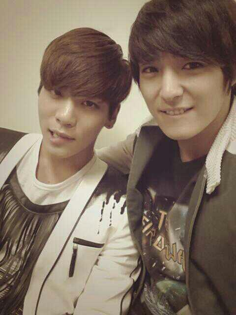Jonghyun and FT I Jonghun snapped a picture together! http://t.co/EebPV1O3