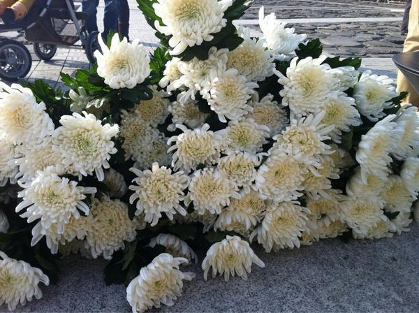 대선이 끝난 첫주말, 노무현대통령 묘역 헌화대에는 국화꽃이 층층이 놓여졌습니다. 꽃송이만큼 많은 눈물이 박석을 적시고 있습니다. 오늘만큼은 우리의 눈물을 대통령께서 위로해주고 계십니다. http://t.co/GXlmmU1d
