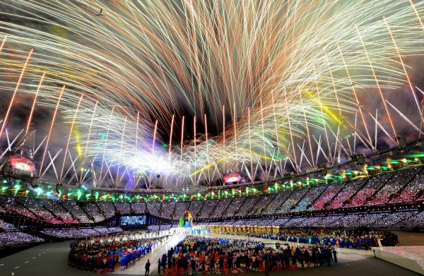 Pic: looking up from inside the #London2012 Olympic Stadium at the colourful fireworks lighting up the sky http://t.co/LaYKEaNz