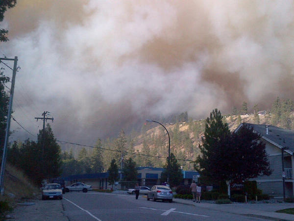 #peachland forest #fire hangs right over Peachland Elementary School. 8 streets evacuated. yellow thick smoke. #cbc http://pic.twitter.com/9T0SIKqU