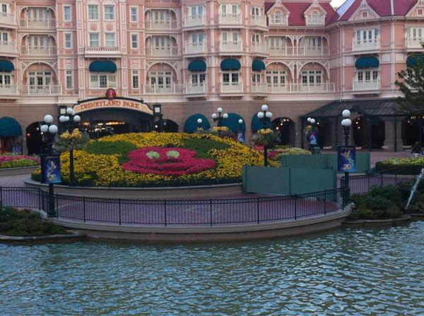 Les dalles / pavés devant le Disneyland hotel? - Page 7 A2aUIIvCcAAhFW_