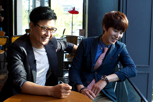 꺄~택님이 공개하는 택시 촬영 현장!! 그 첫번째, 바로 슈퍼주니어 규현!!(@GaemGyu)과 슈퍼스타K(@MnetSuperstarK)의 MC 김성주씨! 멋있다! 잘생겼다!^^ http://t.co/xDzmsgkF