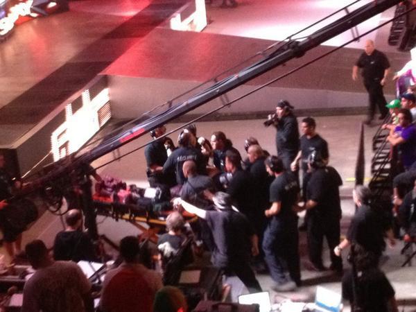 Breaking News: Jerry Lawler s'écroule à la table des commentateurs et Hospitalisé d'urgence! A2elIS8CEAAVOKA