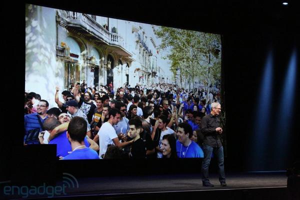 Показывает видео с открытия нового магазина Apple в Барселоне. http://pic.twitter.com/SqjDwqM4