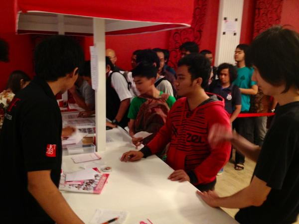 JKT48 Fans are buy the sacred books!