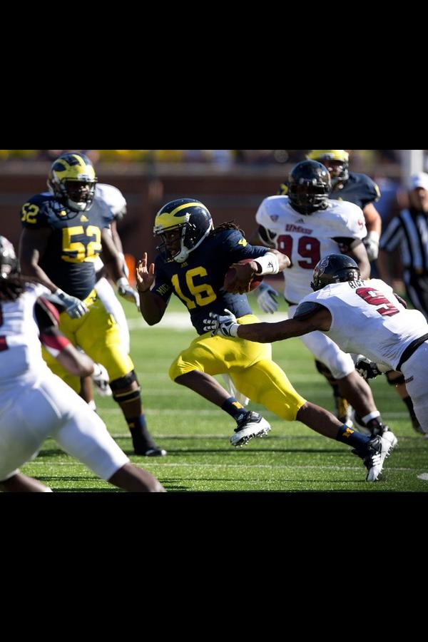 Denard Robinson approaching all time offensive yards record #respect http://t.co/BlObL2mR