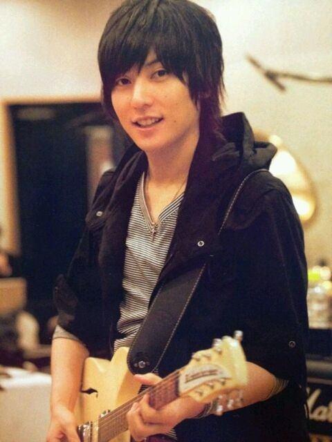 ギターを弾く山村隆太さん