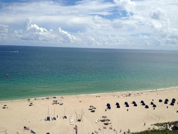 [photo] Excited to speak at #EIJ12 conf in Ft. Lauderdale, but not excited to compete w/ this: http://pic.twitter.com/Dk0d9u81