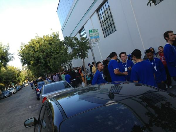 At least 750 people in line at Palo Alto Apple Store for iPhone 5! Wow. That's how you open the show folks! http://pic.twitter.com/6CpI5LLC