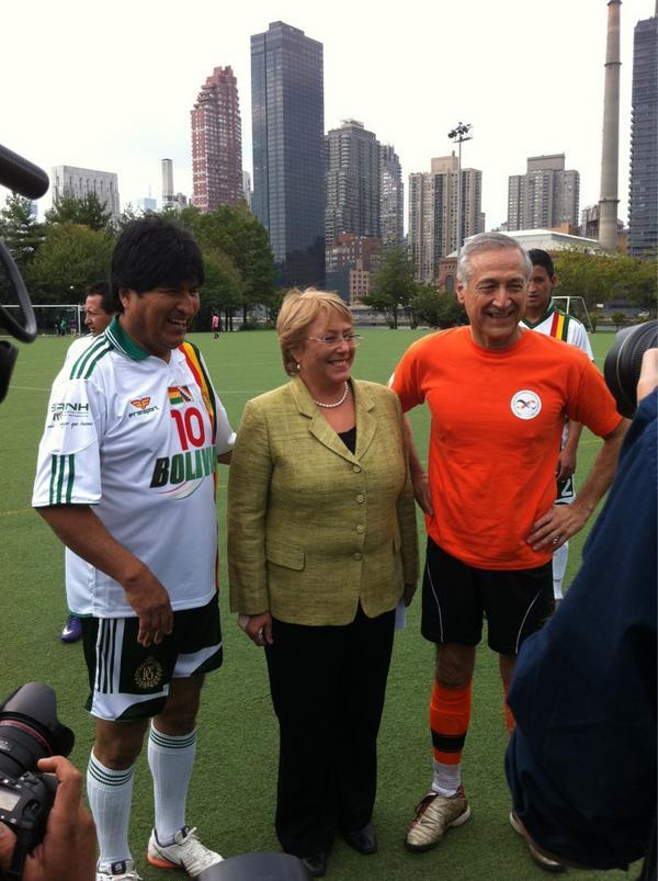 FOTO: #EvoMorales Pte. Bolivia con #Bachelet de @onumujeres & @HeraldoMunoz antes del Partido #matchUNiTE! http://pic.twitter.com/RGuD6V5D @sayno_unite