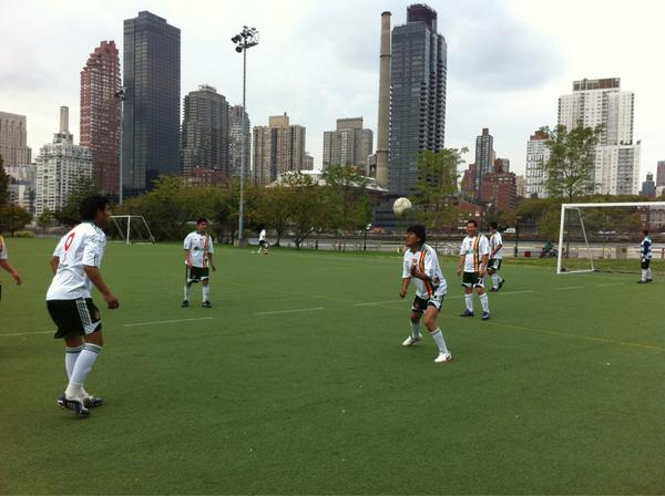 #EvoMorales y equipo juegan fútbol en #matchUNiTE para terminar con la violenecia en contra de las mujeres @SayNO_UNiTE http://pic.twitter.com/D2InQwNt