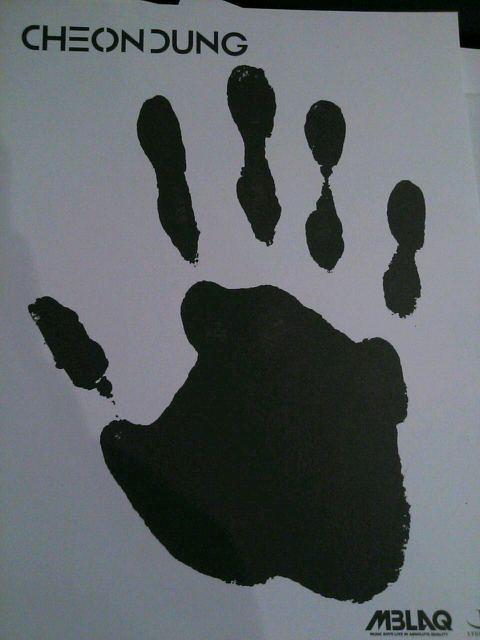 Thunder's handprint :D  #HappyDoongieDay23 http://t.co/vMw8V5LK