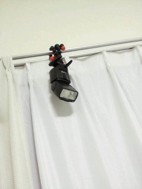 ゴリラポッド×ストロボでこういう使い方出来ないかなと思って昨夜つけてみて、朝そのままになってるの見て「監視カメラ付いてる?!」と寝ぼけたアカウントが