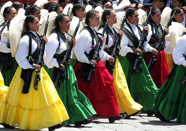 64ebe6317 Traje tipico de adelita, mujer de la revolucion, falda amplia, blusa  blanca, cartuchera y reboso, y rifle http://t.co/mHSHLSFb