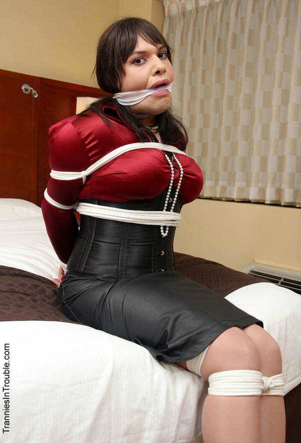 Crosdresser in bondage trouble