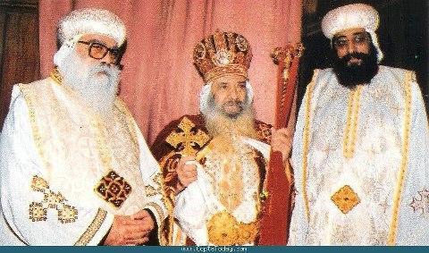 صورة نادرة تجمع بين البابا شنودة والبابا الجديد تواضروس مع الانبا باخوميوس A63FsVFCcAEDd6v
