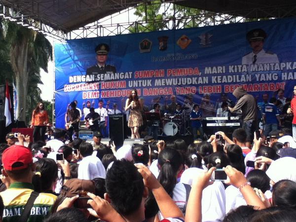 Perform Aura Kasih CFD Malang 28 Oktober 2012 [image by @joel_obi]