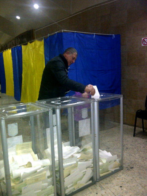 A little girl helps her grandfather put his ballot in the box #elect_ua #UkraineVotes http://pic.twitter.com/2v84m1bQ