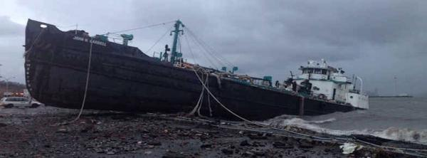 This tanker was washed onto Staten Island's shore by #Sandy! Incredible photo: http://pic.twitter.com/RyS0MRH5 More here: http://bit.ly/RqC9pZ