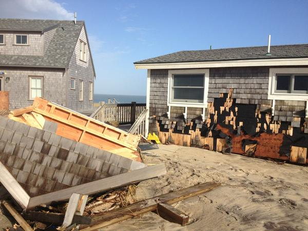 The roof of a Sheep Pond Rd cottage that went in yesterday is now a couple miles down the beach on Smith's Pt. #sandy http://pic.twitter.com/0ZFMtPTw
