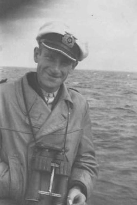 9 U559 was commanded by experienced U-boat captain Hans Heidtmann. He would try everything to escape Petard #grazier pic.twitter.com/cHtk1Fhi