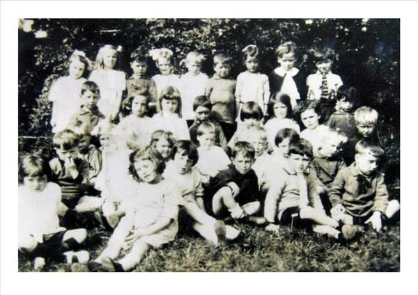 It was a far cry from his quiet upbringing in Two Gates. Here he is at school, third from left at the back #Grazier pic.twitter.com/8qMgPWLw